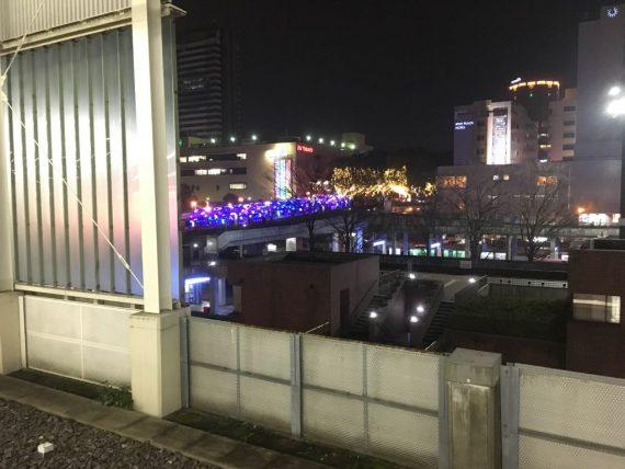 駅のホームから見えるクリスマスイルミネーション