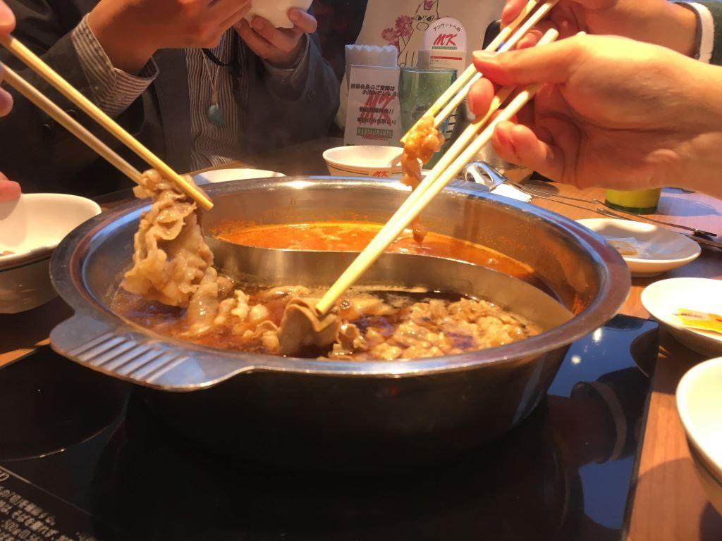 鍋に埋もれた肉をつまんでいく