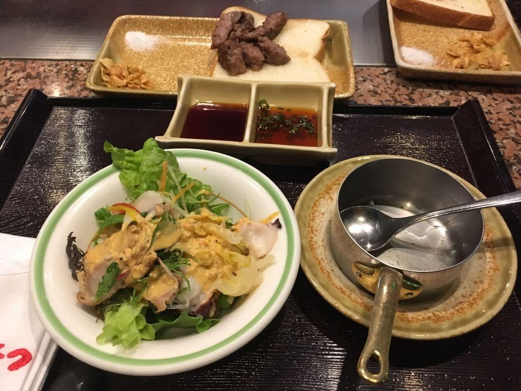焼かれた宮崎牛とサラダとスープ