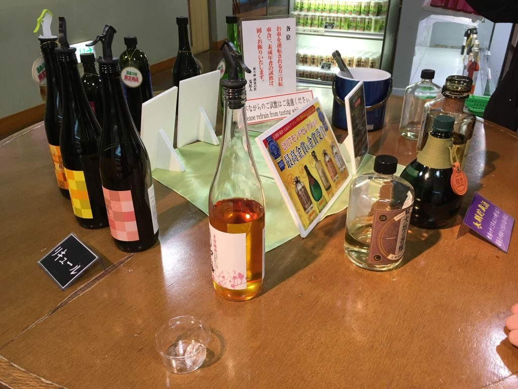 色々なお酒が並ぶテーブル