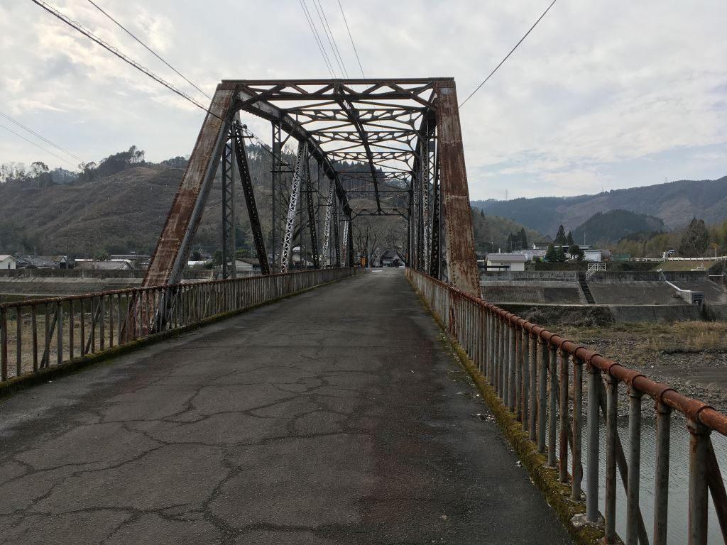 古いけどまだまだ通れる橋