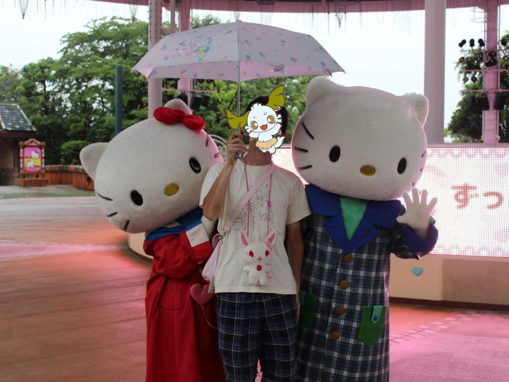 傘を差しながらキティちゃん達と写真撮影(横)