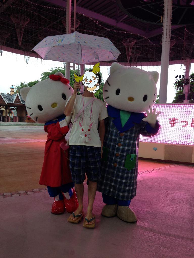傘を差しながらキティちゃん達と写真撮影(縦)