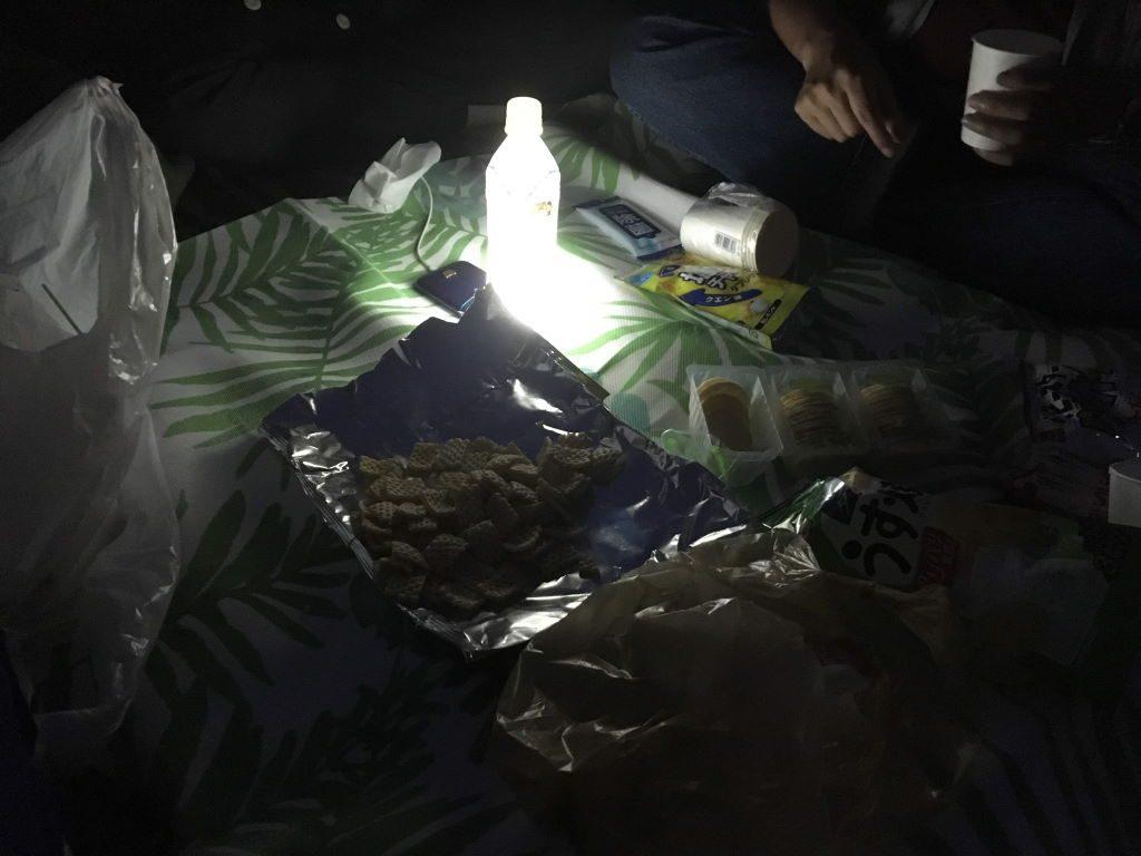 真っ暗な中での夕食