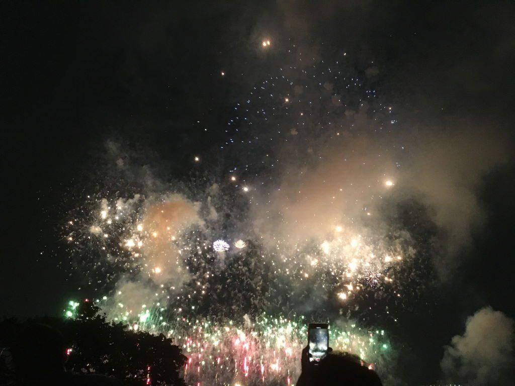 足立区の花火が空を明るくする様子