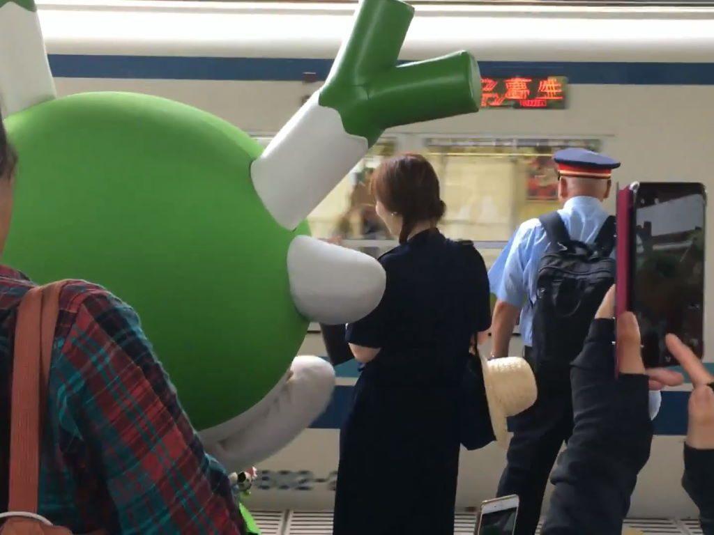 ふっかちゃんが電車に向かってバイバイ