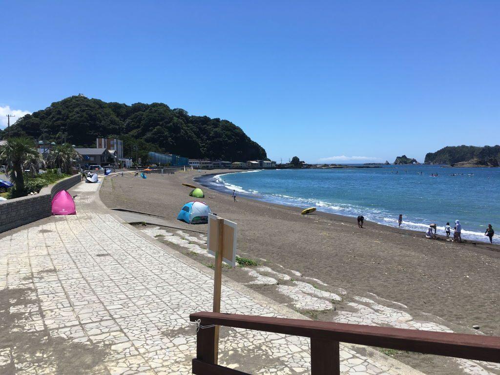 安房勝山駅近くにある海水浴場
