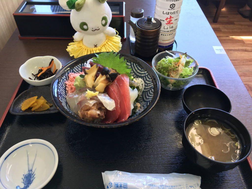 「食事処 なぶら」の海鮮なぶら丼
