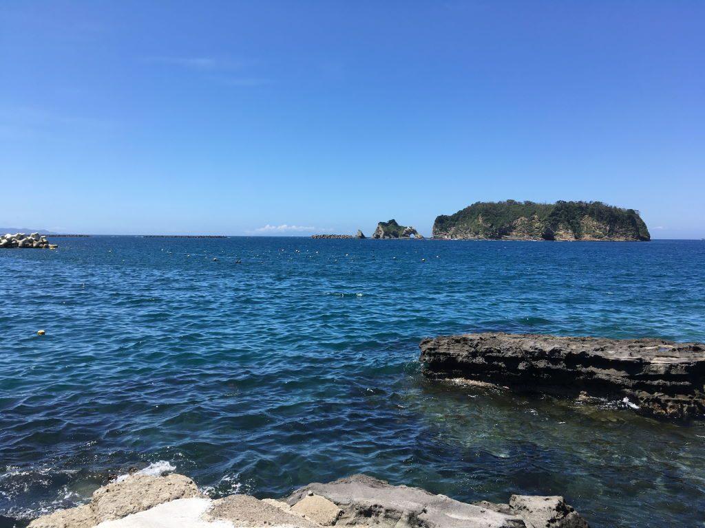 岸から見える海と島