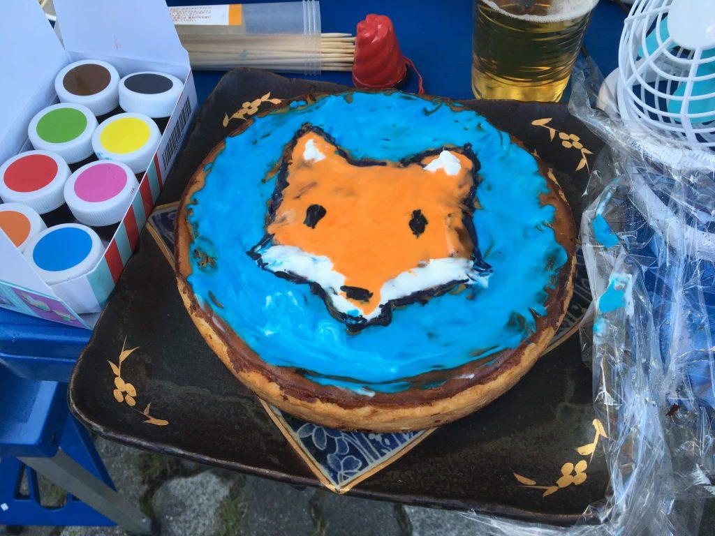 キツネの絵が描かれたチーズケーキ