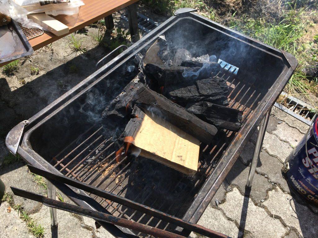 グリルの中に置かれた沢山の炭
