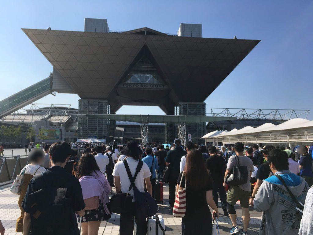 東京ビッグサイトへ向かう沢山の人たち