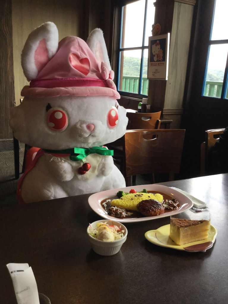 お食事の前で行儀よく座る大きなルビーちゃん