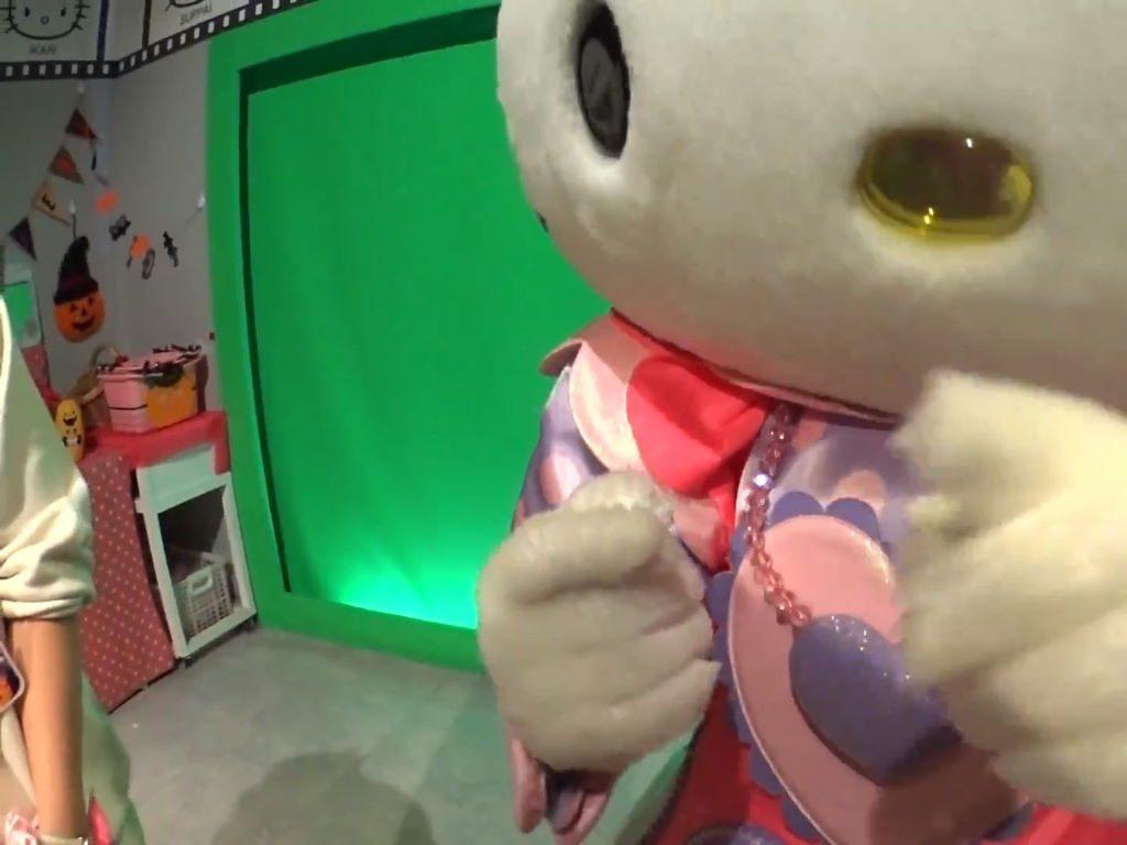 カメラを指さすキティちゃん