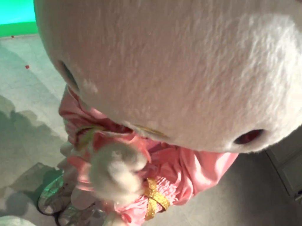 大きいルビーちゃんに触るキティちゃん