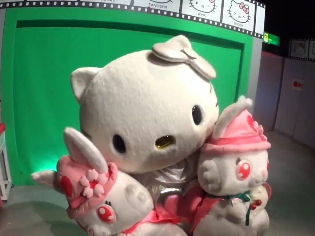 ふたりの大きなルビーちゃんを持つキティちゃん