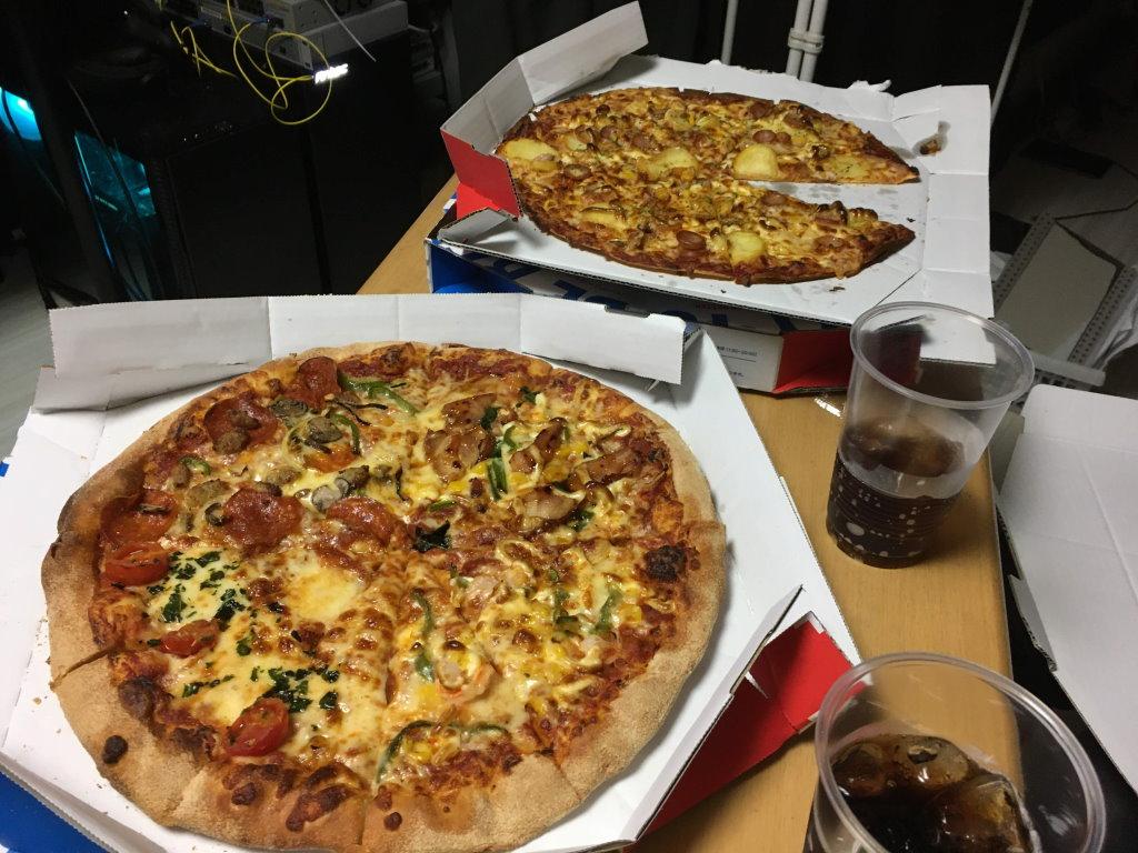 ピザが入った箱を開けて早速食べるよ
