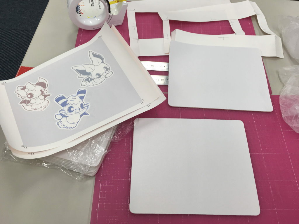 真っ白なマウスパッドと印刷された転写シート