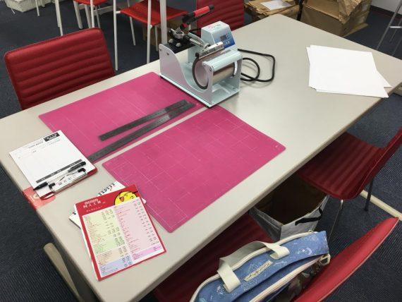 同人工房で用意されているいくつもの作業テーブル