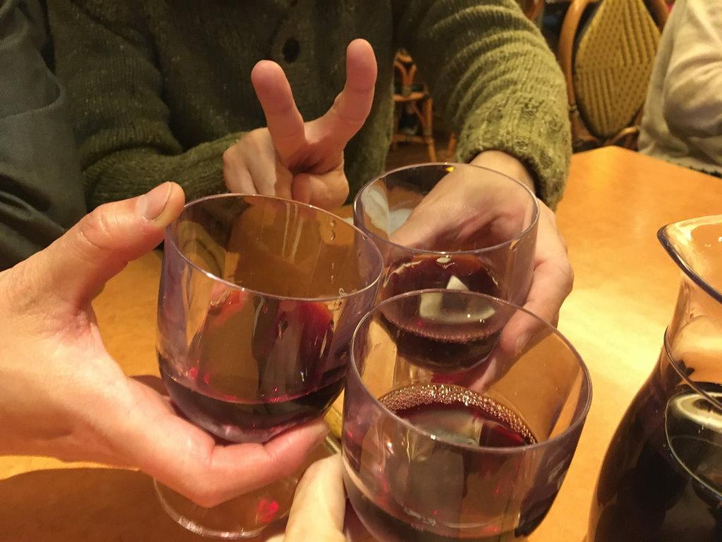 サイゼリヤでワインの乾杯