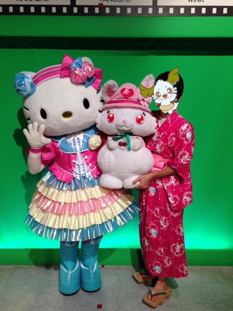 26周年記念の衣装のキティちゃんとオレと大きなルビーちゃん