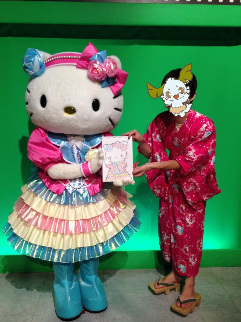26周年記念の衣装のキティちゃんが描かれた絵を持つキティちゃんとオレ