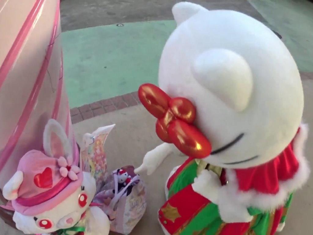 自分のマスコットを見つけるキティちゃん