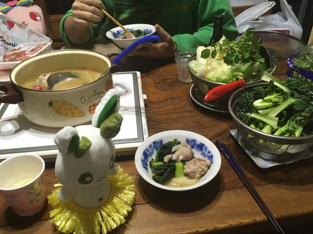 煮込まれた具材とこれから煮込まれる野菜とカッシーくん