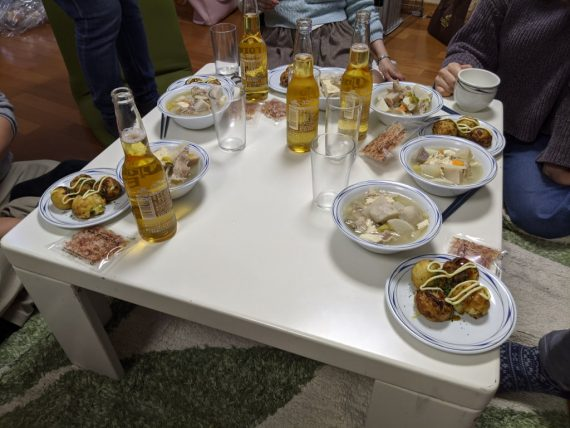 コロナビールやご馳走が並ぶテーブル