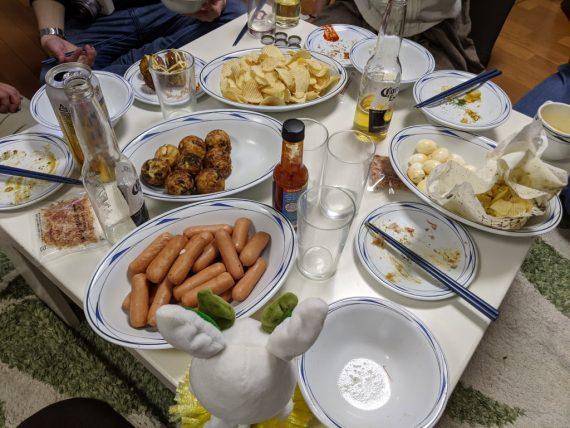 燻製されたウインナーやポテチなどが置かれているテーブル