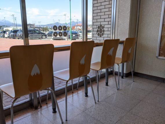 白石蔵王駅の休憩室にあるしっぽが描かれた椅子