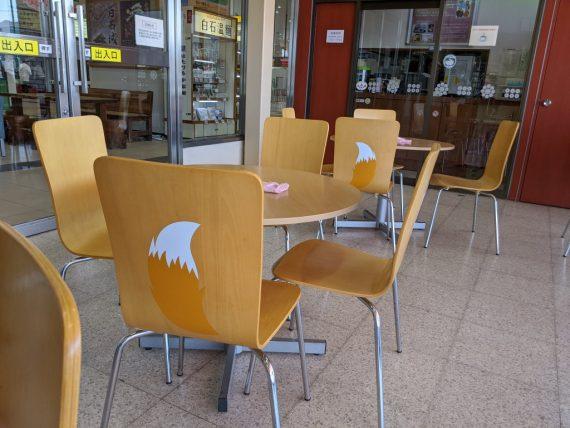 しっぽが描かれた椅子とそばのお店