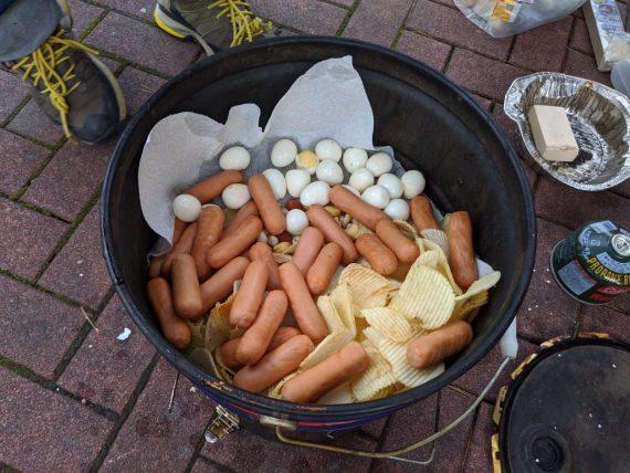 燻製器の中にうずらの卵やポテチやソーセージを入れるよ