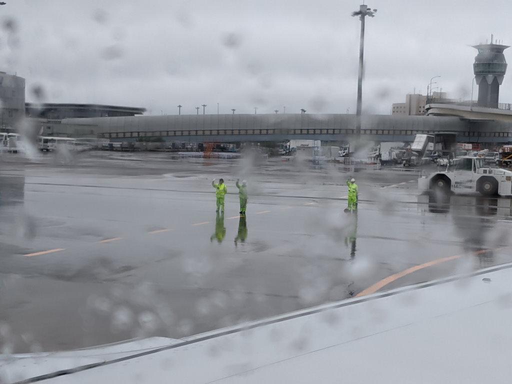 雨でも手を振ってくれる整備士の人たち