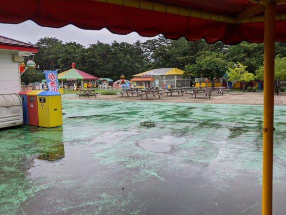 雨模様で人の少ない園内