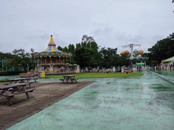 雨模様のメリーゴーランド周辺