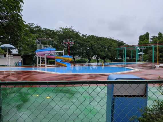 雨模様で誰もいないプール