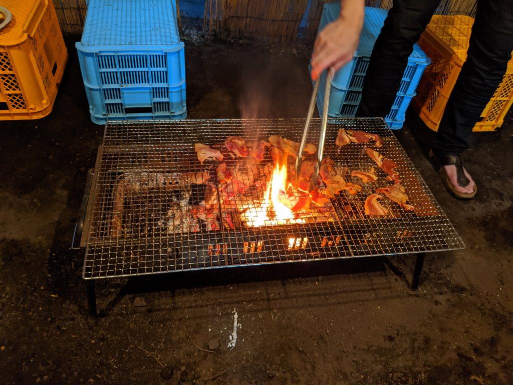 鹿肉と熊肉を焼く時に昇った豪快な炎