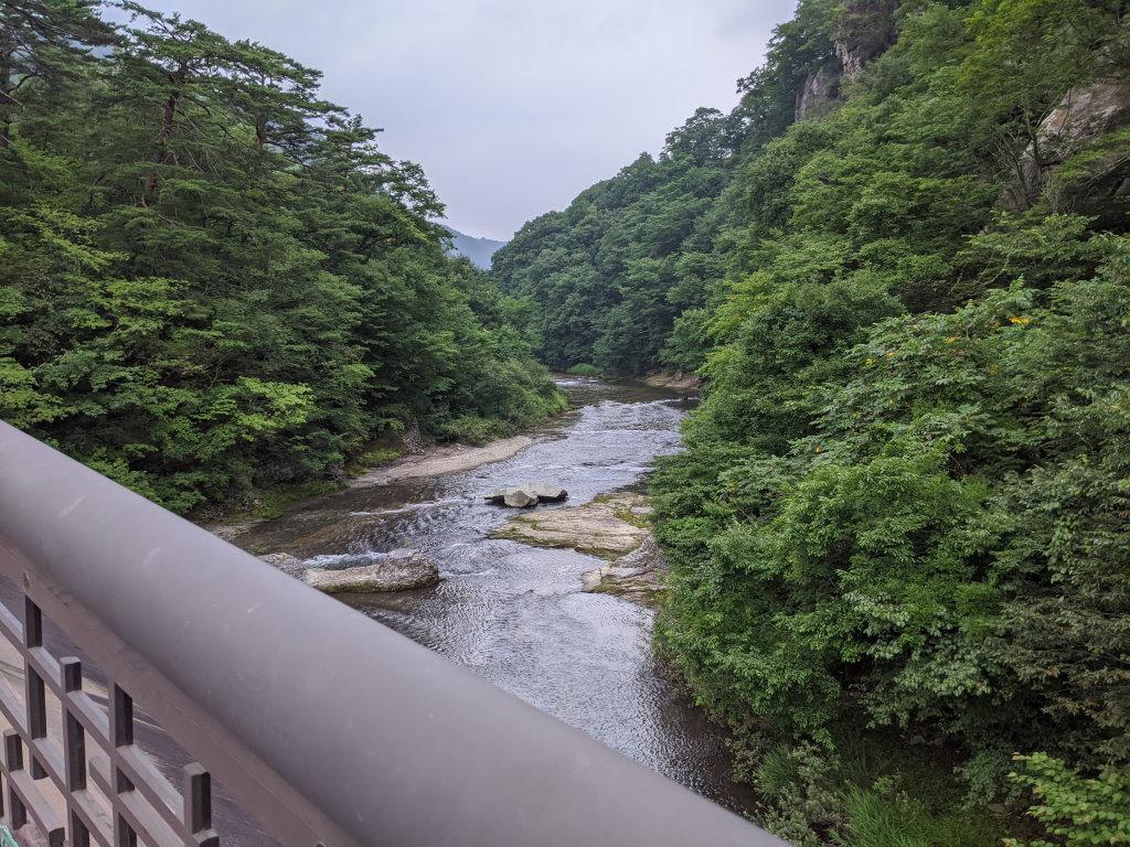 勢いのある川を見下ろせる浮島橋