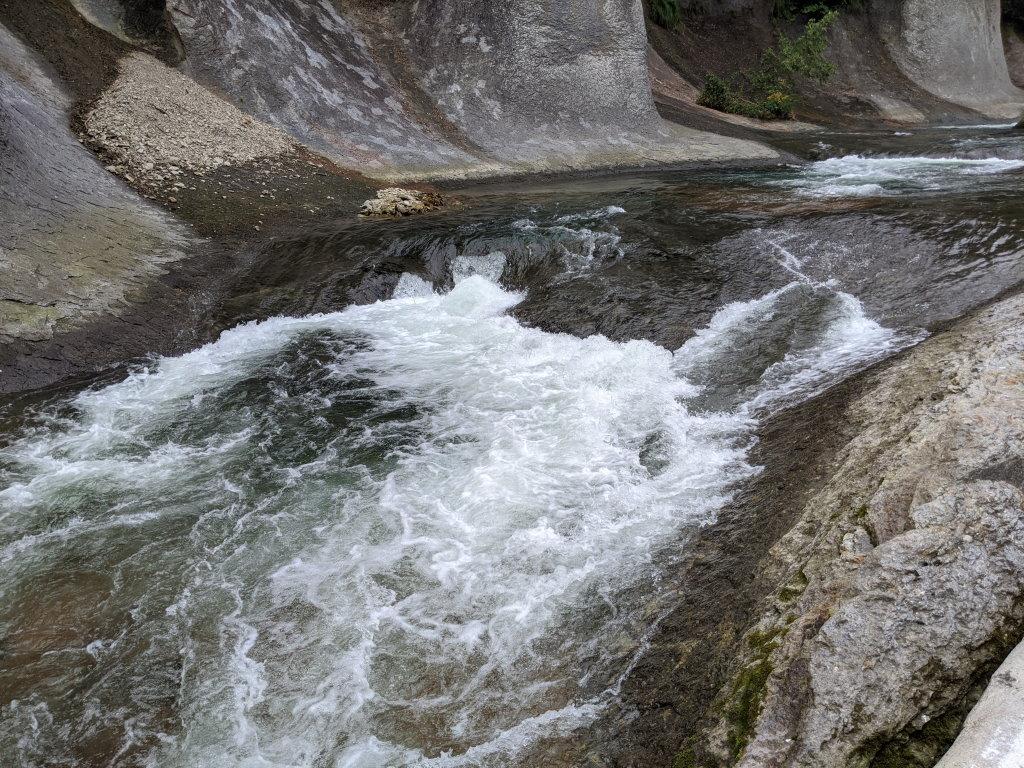 辺りがゴツゴツとしている吹割の滝の川