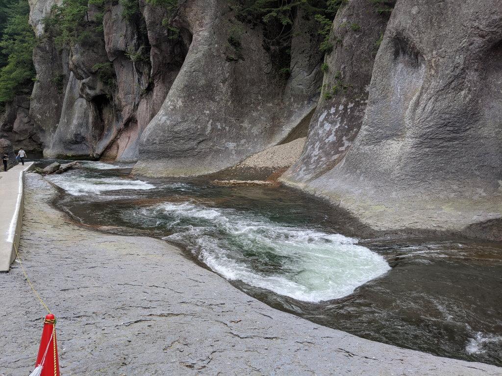 勢いよく流れる吹割の滝の川