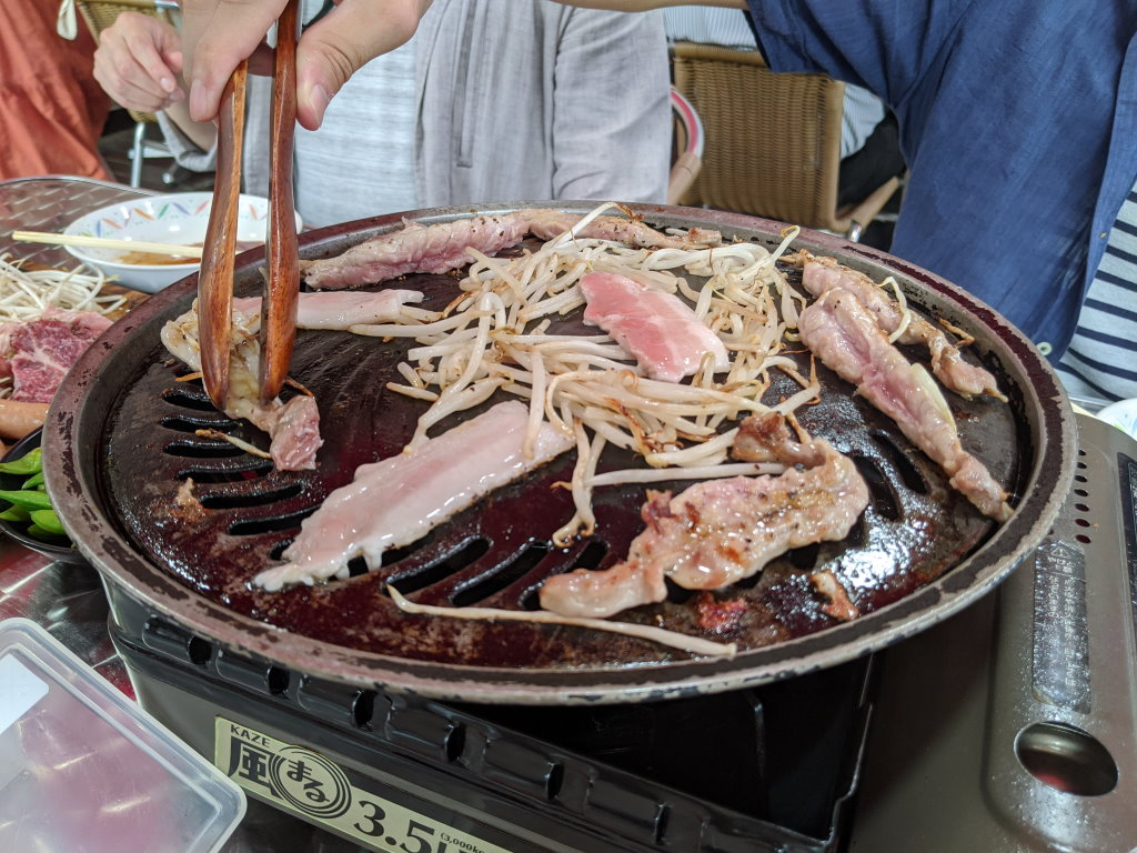 お肉をグリルの上で焼くよ