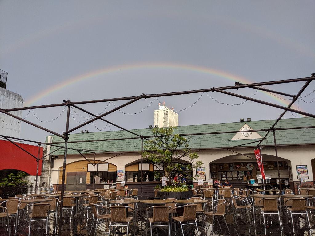 雨上がりの虹ができるスカイビューフードコートの空