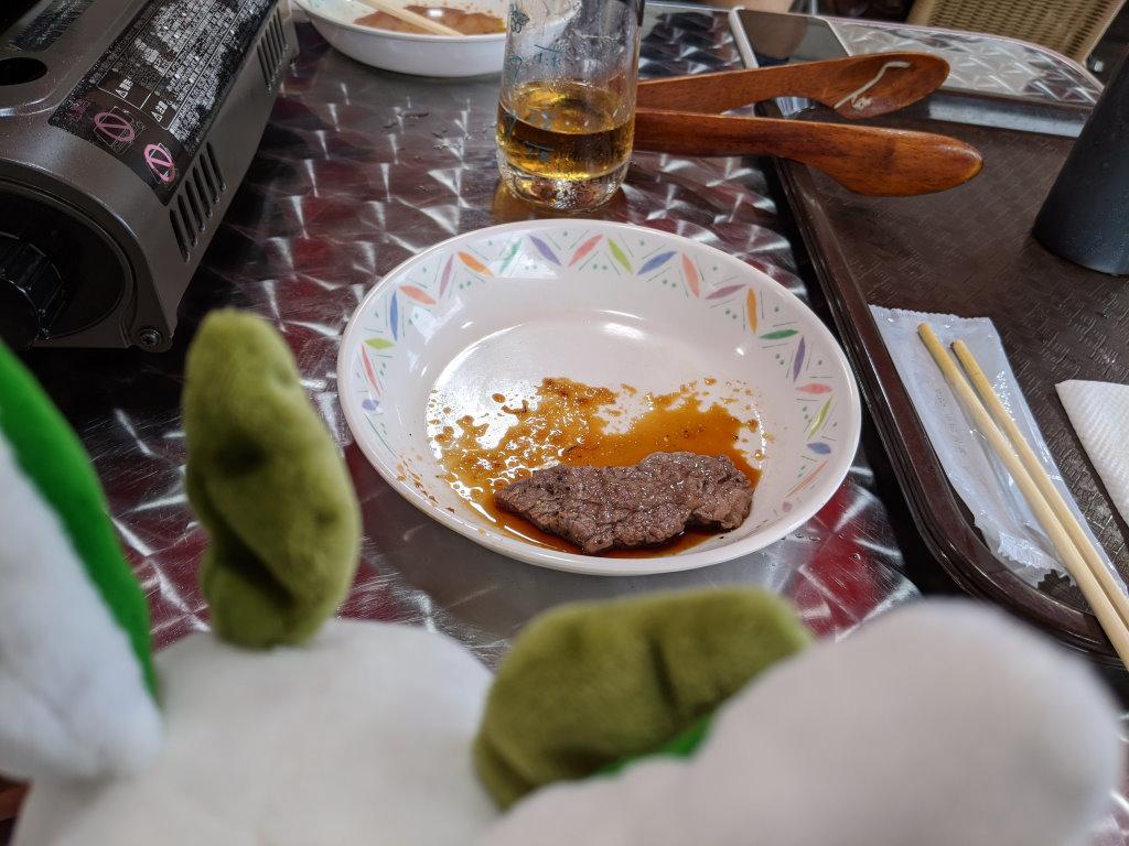 いつでも食べられるお肉を見つめるカッシーくん