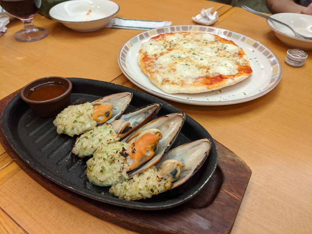 ピザとムール貝のガーリック焼き