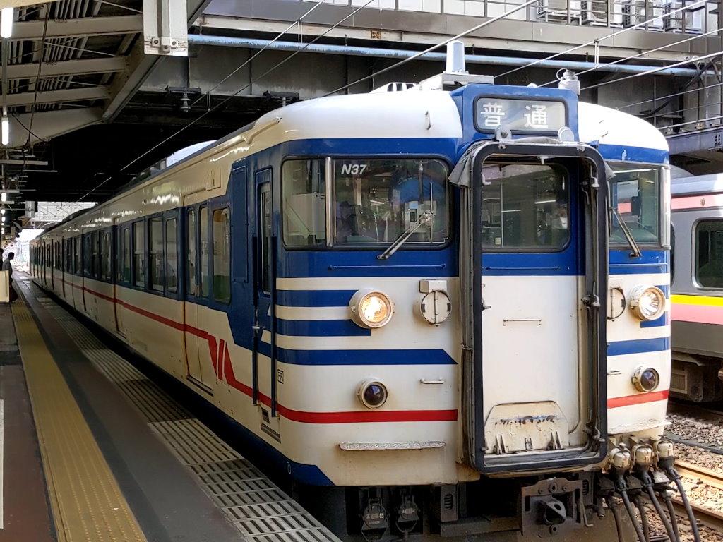 長岡駅にやってくる185系