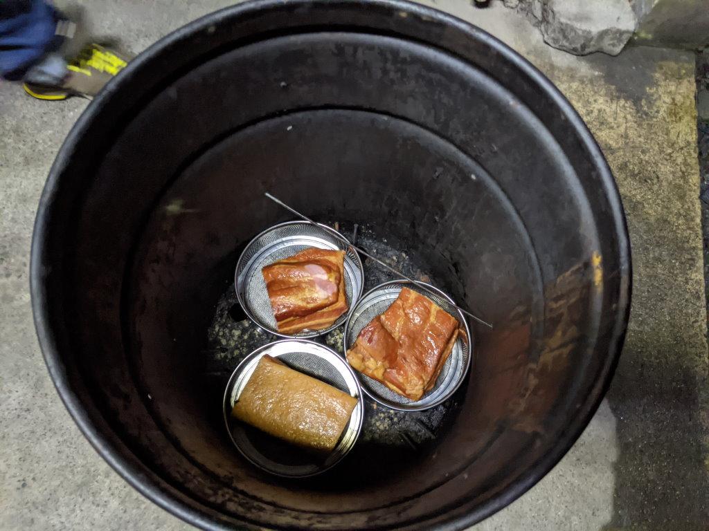 燻製器の下段にお肉