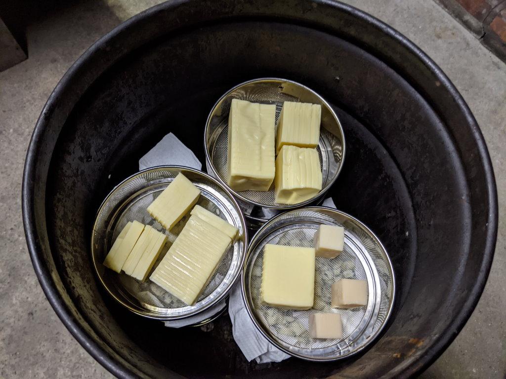 燻製器の中段にチーズ