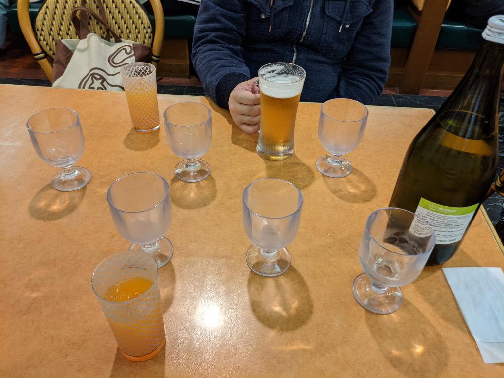 大量のグラスが置かれたテーブル