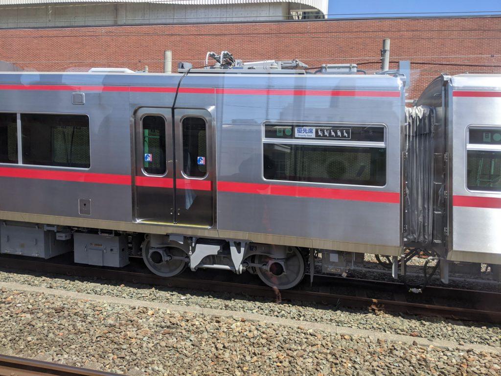 豊橋駅に向かうオレと反対に向かう名鉄の新車